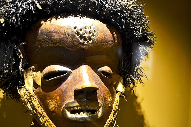 Máscara tribu África exposición Universidad Valladolid