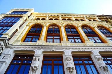 Imagen picado edificio fachada Modernismo esculturas calle Santiago Valladolid