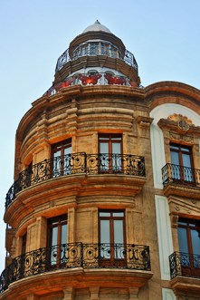 Fachada iluminada Casa Mariposas modernismo centro histórico Almería