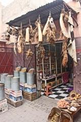 Puesto pieles secando sol zoco medina plaza Rahba Kedima Marrakech