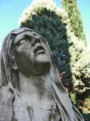 Rostro escultura virgen rogando residencia salesiana Martí Codolar Barcelona