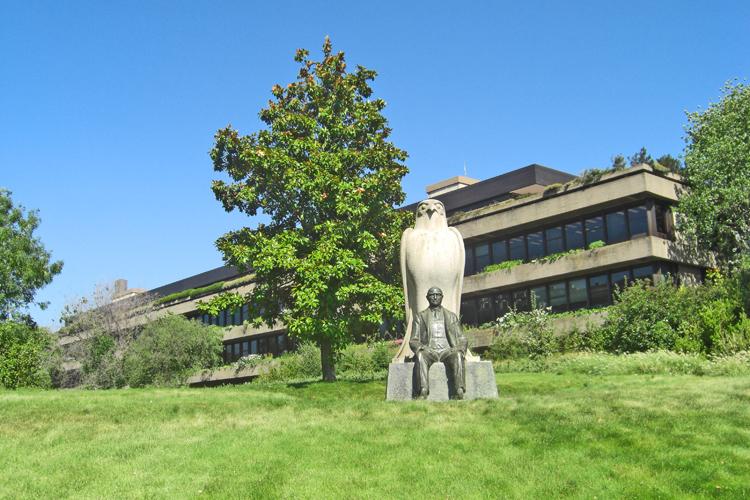 Estatua entrada Museo Fundación Calouste Gulbenkian Lisboa