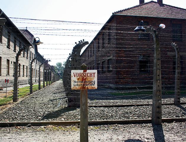 Valla electricidad muerte bloques campo concentración Auschwitz Birkenau