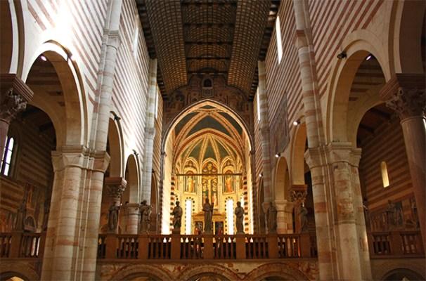 Altar mayor presbítero columnas esculturas bóveda interior San Zeno Maggiore Verona