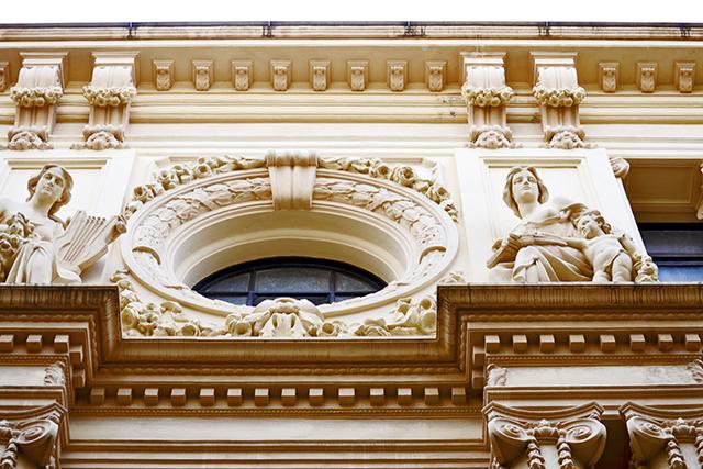 Decoración modernista friso estatuas relieves Centro Lectura Reus Tarragona