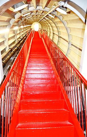 Escalera roja interior Atomium Bruselas