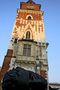 Escultura cabeza tumbada torre ayuntamiento Cracovia