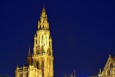 Torre iluminación noche Catedral Amberes