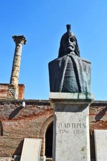 Estatua Drácula Vlad Tepes Curtea Domeneasca centro histórico Bucarest