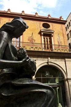 Escultura madre niño fachada lonja del cáñamo Castellón de la Plana