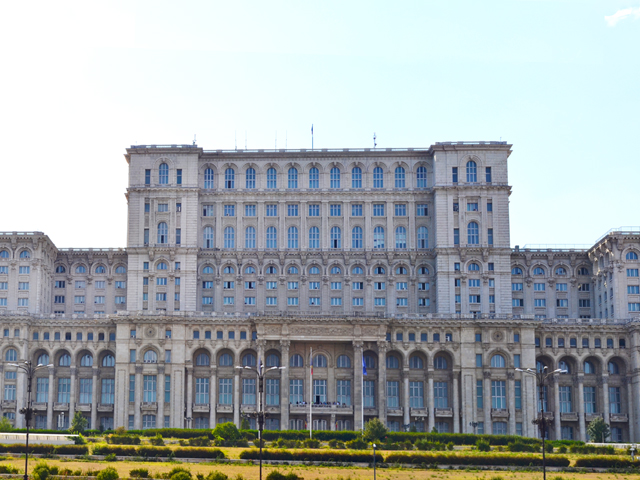 Fachada principal Parlamento Bucarest junto a Plaza Unirii