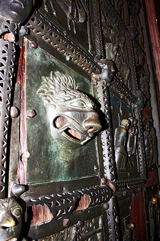 Puerta bronce rostro animal San Zeno Maggiore Verona