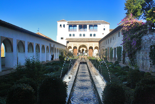 Acequia fuente patio Generalife Alhambra Granada