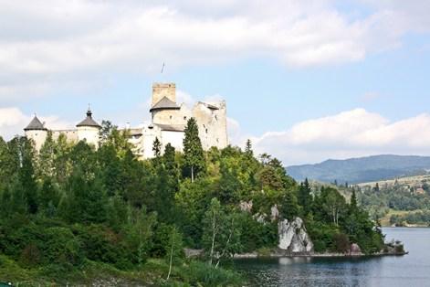 Panorámica castillo bandera torres río Dunajec Polonia