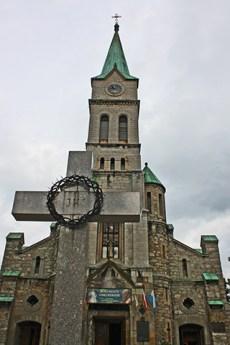 Contrapicado cruz iglesia piedra Zakopane Polonia