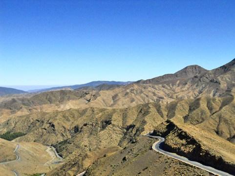 Carreteras sinuosas montes Atlas Marruecos