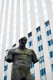 Escultura torso Igor Mitoraj rascacielos La Défense París
