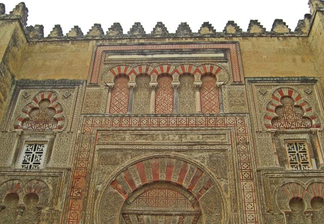 Puerta monumental oeste Mezquita Córdoba decoración arcos