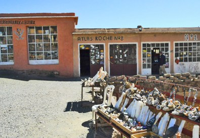 Puesto carretera souvenirs montes Atlas Ouzarzazate Marruecos