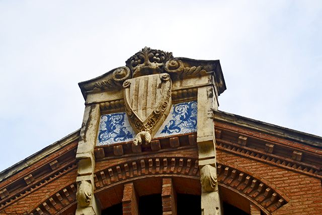 Escudo relieve piedra friso modernismo Escoles Prat de la Riba Reus