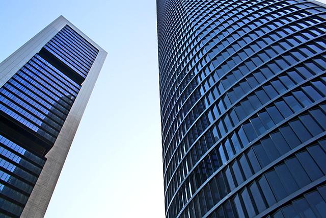 Reflejos torres rascacielos Repsol SacyrVallehermoso norte Madrid