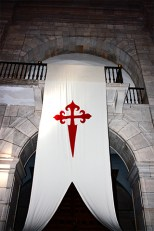 Banderola estandarte cruz cristiana roja fachada piedra Uclés Cuenca