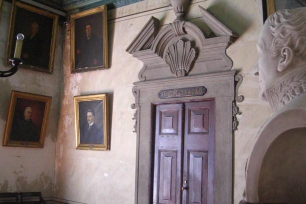 Sala interior busto cuadros Museo e Iglesia de San Francisco