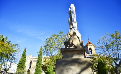 San Juan de la Cruz casi parece perderse en la belleza de la Plaza 1 de mayo