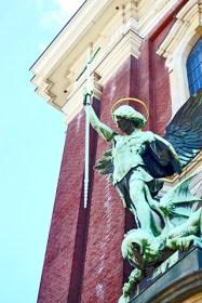 Satan erliegt der Fub an den Erzengel Michael