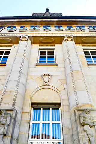 Fachada columnas esculturas piedra neoclásicas Art Nouveau Volksbank Oldenburg Alemania