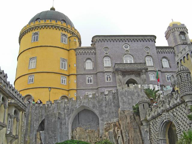 Fachada torre amarilla Palacio da Pena Sintra Portugal