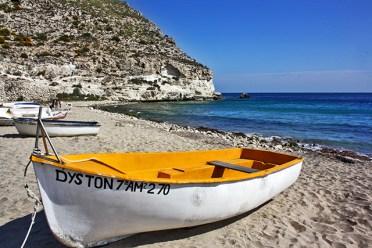 Barca amarilla orilla playa Agua Amarga Cabo de Gata Almería