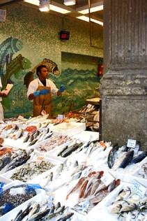 Puesto pescado callejero centro histórico Bolonia
