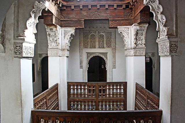 Patio luces interior decoración árabe Madraza Ben Youssef estudiantes Marrakech