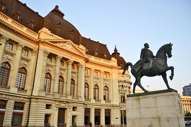 Estatua ecuestre biblioteca y Plaza de la Academia rumana Bucarest