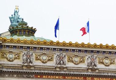 Decoración esculturas oro banderas friso Ópera Garnier París