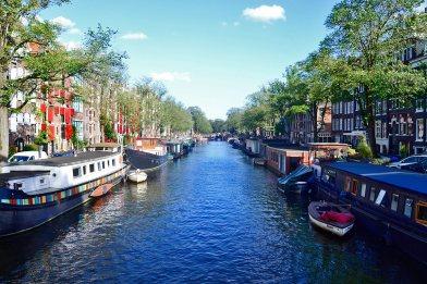 Panorámica canal barcas casas Brouwersgracht Amsterdam