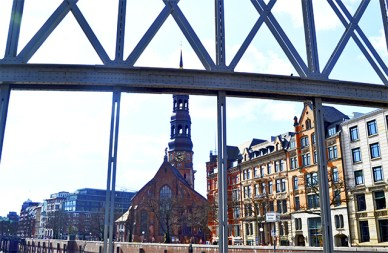 Puente reja metálica canales vistas Iglesia San Miguel Hamburgo