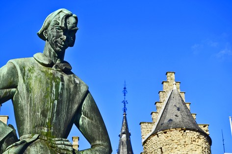 Escultura brazos cruzados Castillo y Museo Nacional Navegación Amberes