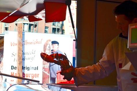 Langosta roja pescatero puesto comida Fischmarkt Hamburgo