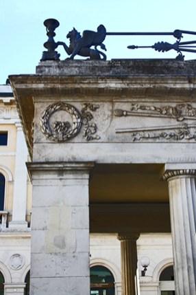 Fachada principal decoración columnas esculturas Caffe Piedrochi Padova