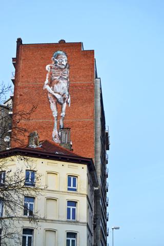 Cómic esqueleto pared fachada edificio St Gilles Bruseñas