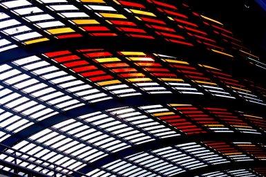 Luces colores cálidos techo estructura metálica Centraal Station Amsterdam