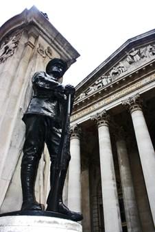 Escultura entrada Pound Sterling Londres