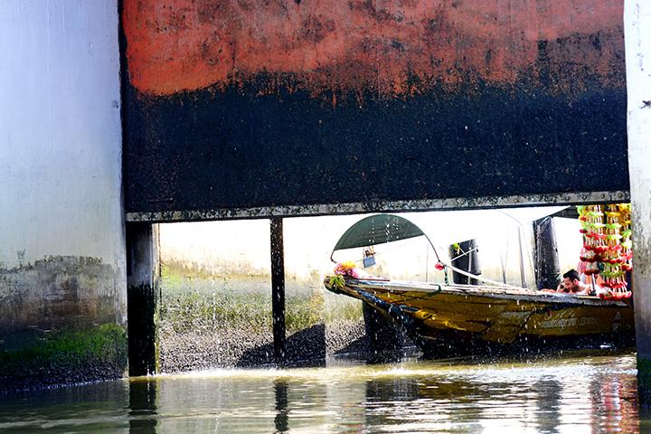 Long-tail boat compuerta klongs Bangkok