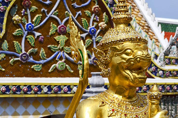 Guardián dorado puertas Palacio Real Bangkok