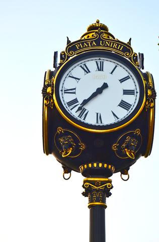 Reloj dorado Plaza Unirii Bucarest