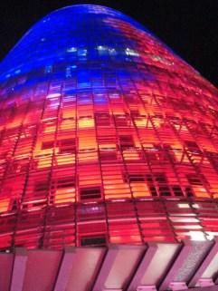 Picado Torre Agbar colores ilumninada noche Barcelona