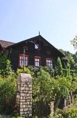 Casa negra tradicional madera parque nacional Ojców