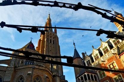 Alambrada perspectiva trasera Catedral Brujas Bélgica